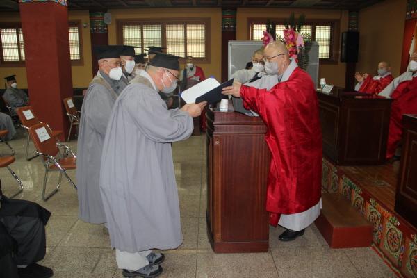 동방불교대학장 상진 스님이 제36기 졸업생 대표(사진 위)와 37기 졸업생들에게 졸업장을 수여하고 있다.
